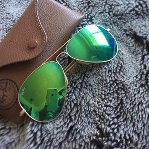 Green mirrored raybans